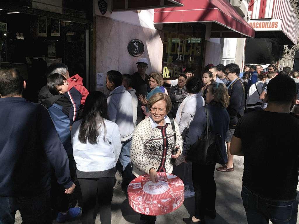 DEMANDA. En una pastelería en la Condesa, la gente se formó para adquirir sus roscas. Foto: Federico Gama