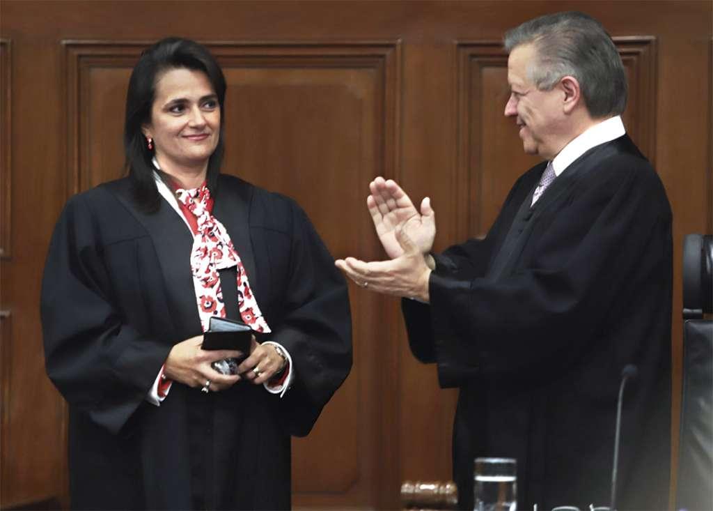 RECONOCIMIENTO. Zaldívar dio la bienvenida a la Corte a la nueva ministra. Foto: Víctor Gahbler
