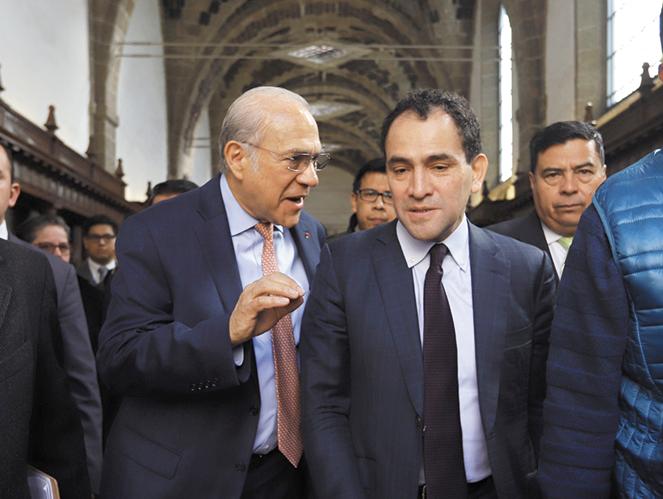 POSTURAS. José Ángel Gurría y Arturo Herrera intercambiaron puntos de vista. Foto: Víctor Gahbler
