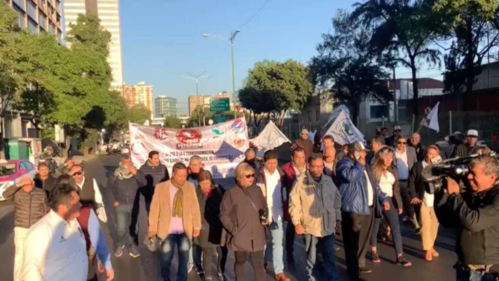 manifestacion-cdmx-metrobus-bloqueo-trabajadores-pemex