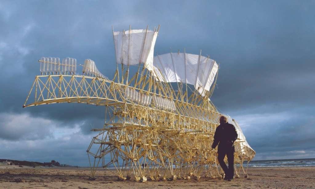 SERES. Las piezas del artista combinan arte e ingeniería, emulan criaturas que funcionan con el viento natural de la playa. Foto: Cortesía