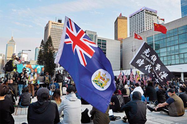 ENOJO VIVO. Jóvenes protestaron ayer para exigir la independencia.  Foto: AP