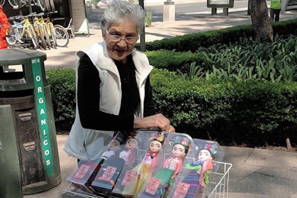 Abuelita elabora y vende muñecas