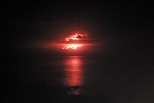 Volcán La Cumbre hace erupción