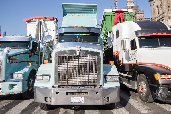 Transportistas de la República Mexicana, protestaron bloqueando las entradas principales del Zócalo capitalino.  FOTO: Cuartoscuro