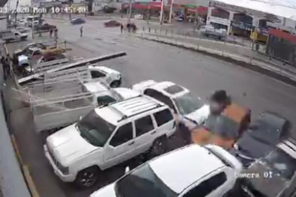 video atropellan hombre sale volando