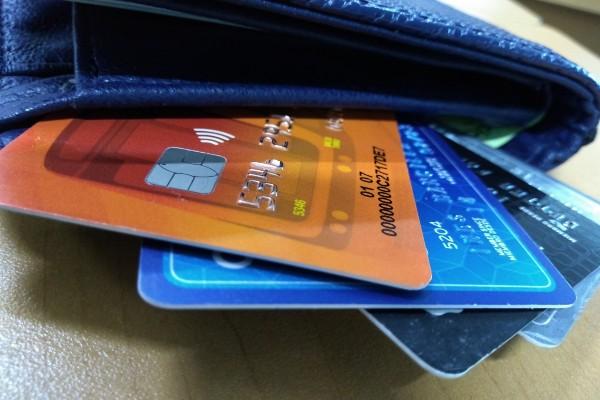 bancos_tarjeta_bancaria_cargo_no_reconocido_mujere_ciega