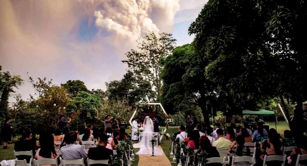 Chino y Kat Vaflor celebran su boda mientras el volcán Taal en Filipinas hace erupción