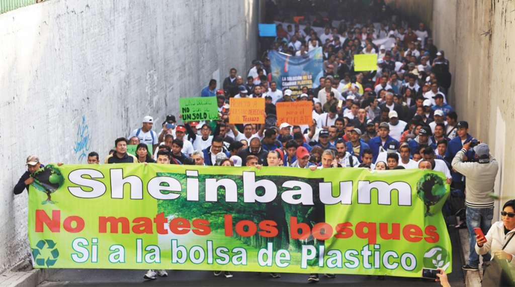 EXIGEN DIÁLOGO. Fabricantes y vendedores de bolsas de plástico marcharon desde el Mercado de Sonora, para protestar contra la prohibición que entró en vigor el 1 de enero, amagaron con presentar amparos. Foto: Víctor Gahbler