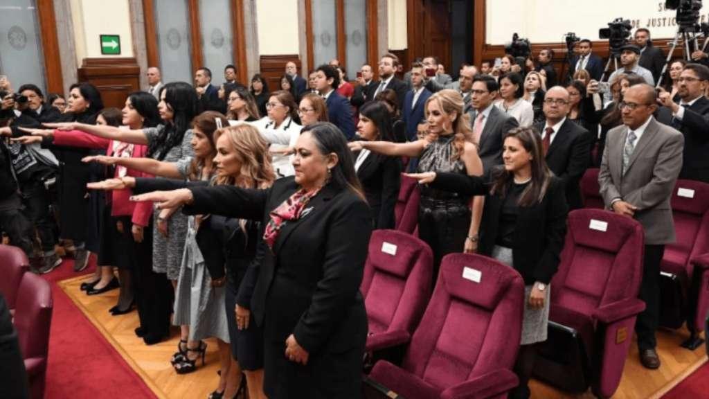CREDENCIALES. Ayer rindieron protesta 13 magistradas de Circuito que fueron electas en el concurso de oposición. Foto: Especial