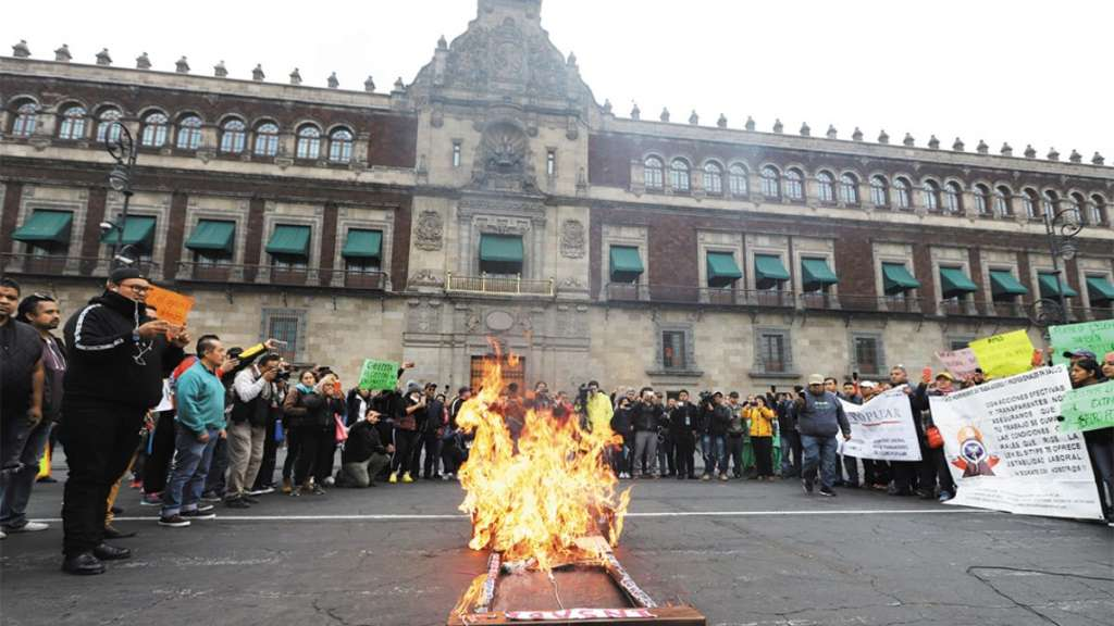Manifestación_Zócalo_insabi_seguro_popular_fuego