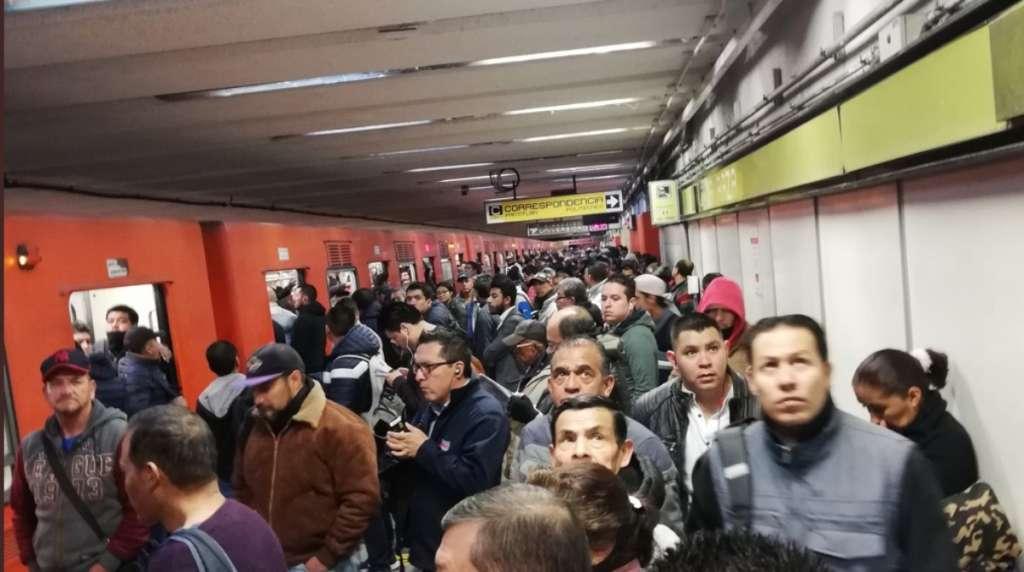 Más de 20 minutos de espera en la Línea 3. FOTO: Twitter @irvinpkm