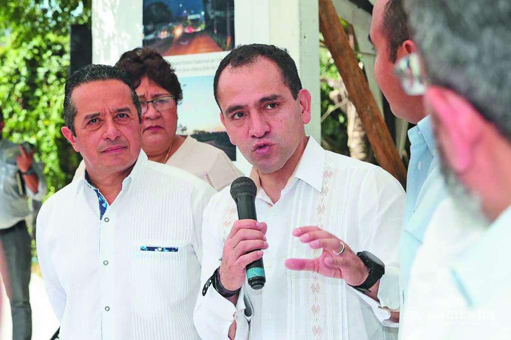 REUNIÓN. El secretario de Hacienda en compañía del gobernador Carlos Joaquín. Foto: Especial