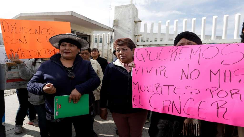 FALTA MEDICINA. Se manifestaron en Puebla 40 mujeres que padecen cáncer. Foto: ENFOQUE
