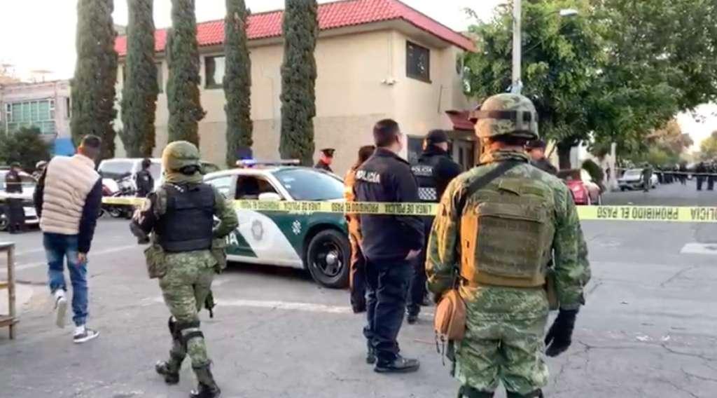 El policía lesionado fue llevado en una ambulancia al Hospital Balbuena. FOTO: Especial
