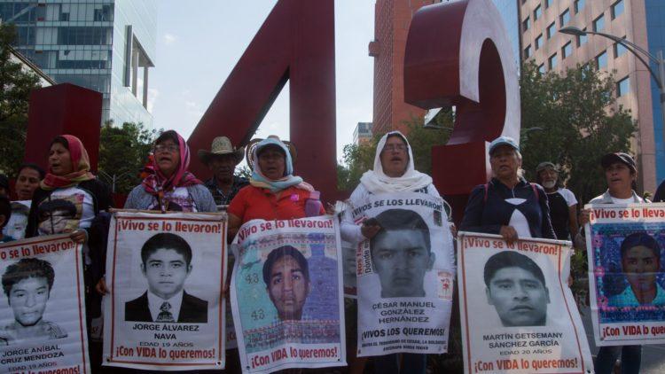 Padres de los normalistas de Ayotzinapa