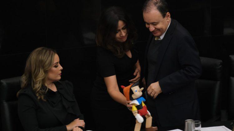 Regalan Pinocho a Durazo