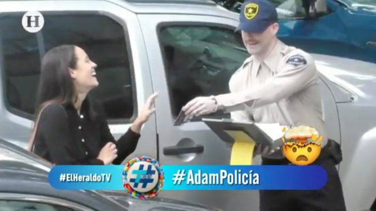 Adam Levine se hace pasar por policía de tránsito y reparte 'multas'